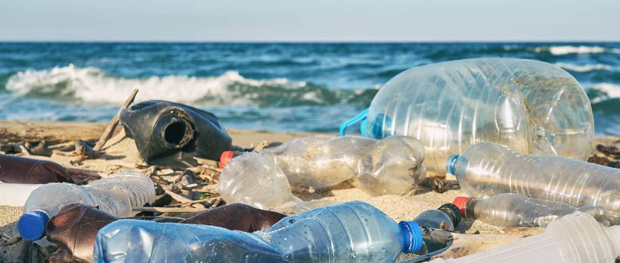 Botellas de plastico en el mar contaminacion BlueGold